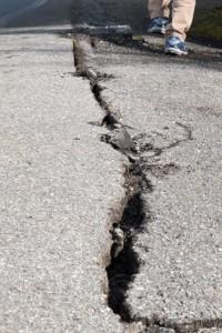 地震 地割れ