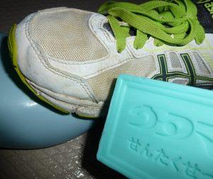 靴をウタマロ石けんで予洗い