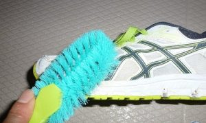 靴をブラシ洗い