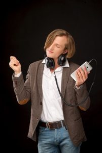 音楽聴きノリノリで口ずさむ男性